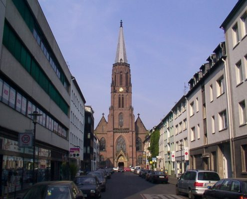 Quelle: https://commons.wikimedia.org/wiki/File:Krefeld_Stephanstr.mit_Kath.Pfarrkirche_St.Stephan.jpg?uselang=de