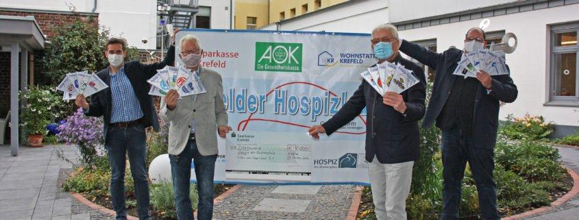 Viele Krefelder Vereine haben sich am Hospiz-Lauf 9.1 beteiligt und dazu beigetragen, dass die Spende an das Hospiz auch in diesem Jahr wieder 10 000 Euro betragen kann, freuen sich Jens Sattler (v.li.; Geschäftsführer SSB), Dieter Hofmann (Vorsitzender SSB), Prof. Roland Besser (Vorsitzender Hospiz Stiftung Krefeld) und Hospiz-Leiter Alexander Henes.